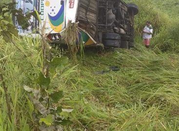 Ônibus da Coopertaju capota na rodovia nas proximidades do município de Japaratuba