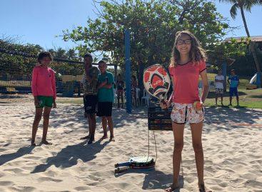 Crianças do 17 de Março participam de clínica de Beach Tennis