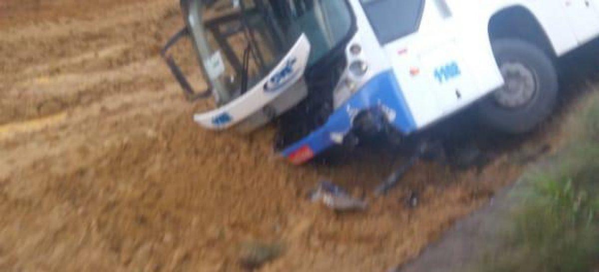 Ônibus com estudantes tomba da BR-101 em Carmópolis