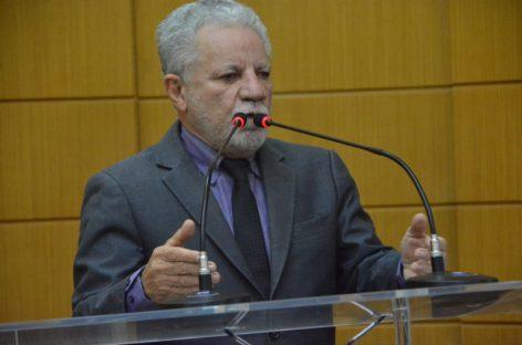 """Gualberto diz que """"arrependo de ter votado no projeto que concedeu título ao senador"""""""