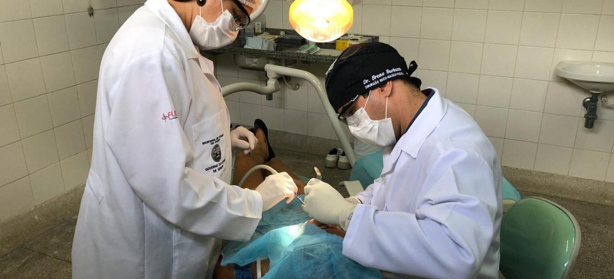 Vermelhidão e sangramento gengival podem ser sinais de periodontite