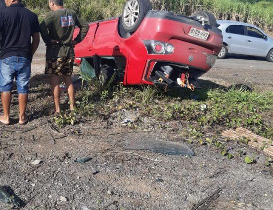 Acidente envolvendo dois carros deixa pelo menos duas pessoas feridas