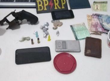 Policiais do BPRp apreendem três armas de fogo, maconha e cocaína