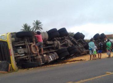 Carreta carregada de milho tomba na rodovia que liga Feira Nova a Glória