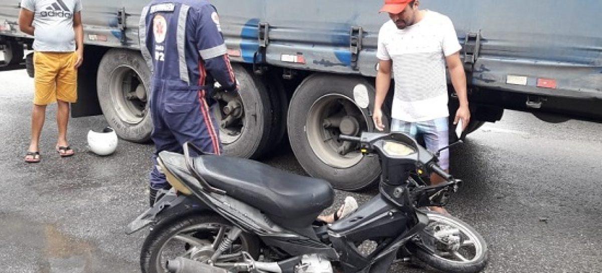 Acidente entre moto e carreta deixa duas pessoas feridas em Estância