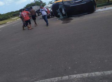 Acidente deixa pessoa gravemente ferida presa às ferragens na Orla de Atalaia