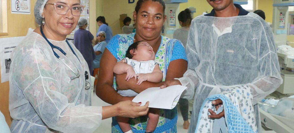 Bebê gigante recebe alta da Maternidade Nossa Senhora de Lourdes