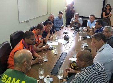 Belivaldo instala Gabinete da Crise para avaliar manchas de óleo no litoral de Sergipe