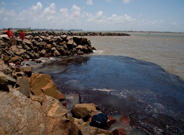 Manchas de óleo avançam no litoral de Sergipe e Adema instala contenções em rios