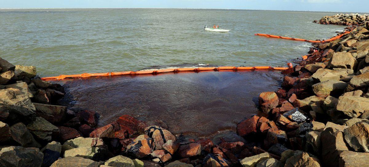 Prefeitura auxilia a conter mancha de óleo que atingiu o litoral aracajuano