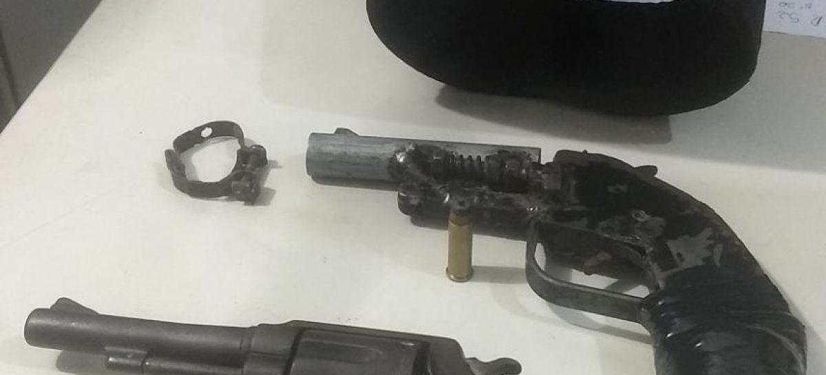 Policiais da Força Tática apreendem duas armas de fogo no Santa Maria