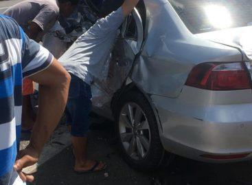 Acidente envolvendo carro de passeio e caminhão deixa um morto e um ferido na BR 101