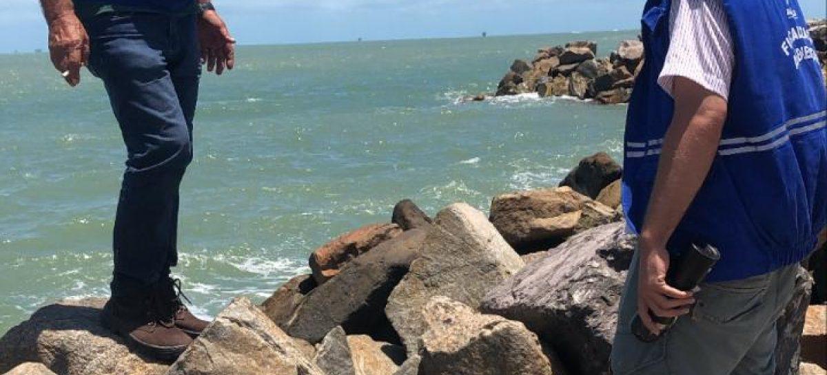 Prefeitura e Marinha atuam para retirada do óleo que voltou a aparecer em praia da capital