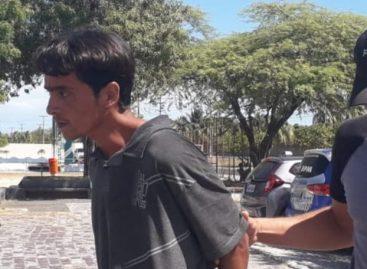 Homem acusado de matar dois enteados apanha em delegacia após ser colocado em cela