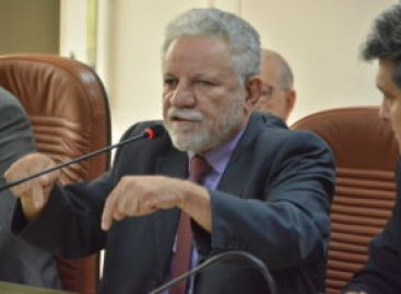 """""""O delegado está louco para prender alguém em Brasília. Falso moralista"""", diz deputado"""