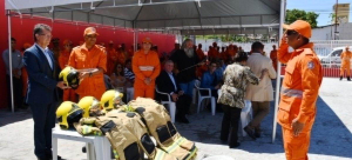 Laércio faz entrega de 300 capacetes de combate a incêndio ao Corpo de Bombeiros