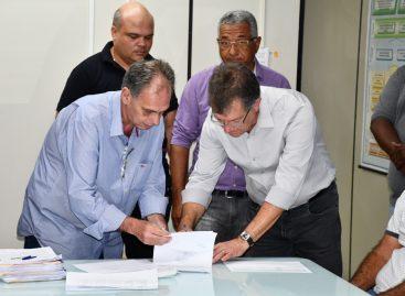 Laércio assina ordem de serviço para a pavimentação de ruas em quatro municípios