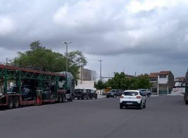 Duas caminhonetes Toro são roubadas de um caminhão cegonha em praça de Aracaju