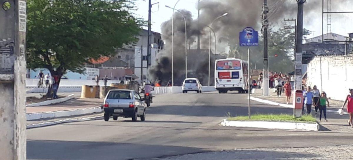 Protesto bloqueia trecho da avenida Heráclito Rolemberg em Aracaju