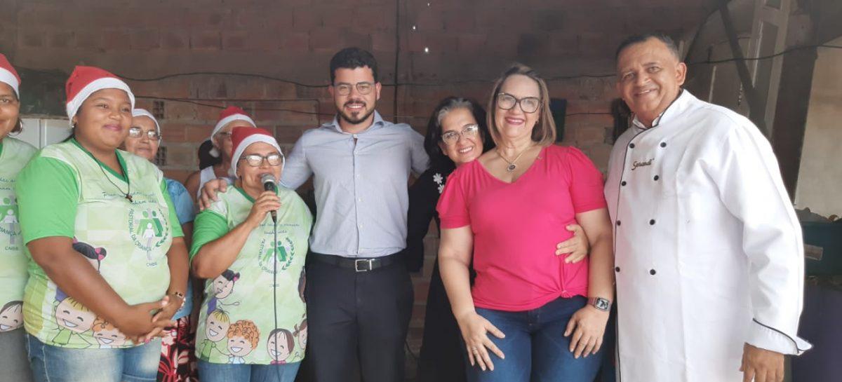 Atacadistas distribuem presentes natalinos para 200 crianças