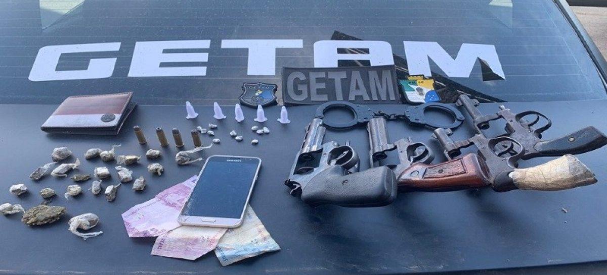 Três suspeitos de tráfico de drogas trocam tiros com a polícia e um acaba morto