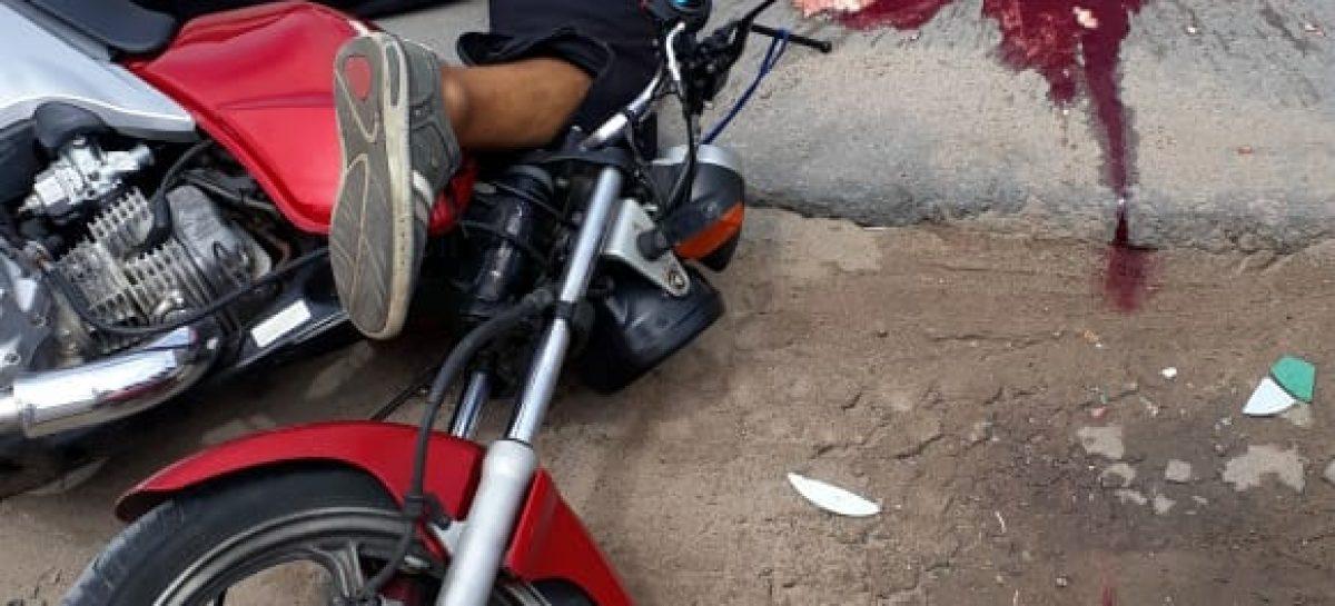 Motoqueiro morre após ser atropelado por um caminhão