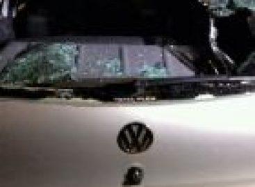Mulher tem crise de ciúmes e quebra vidro do carro do marido