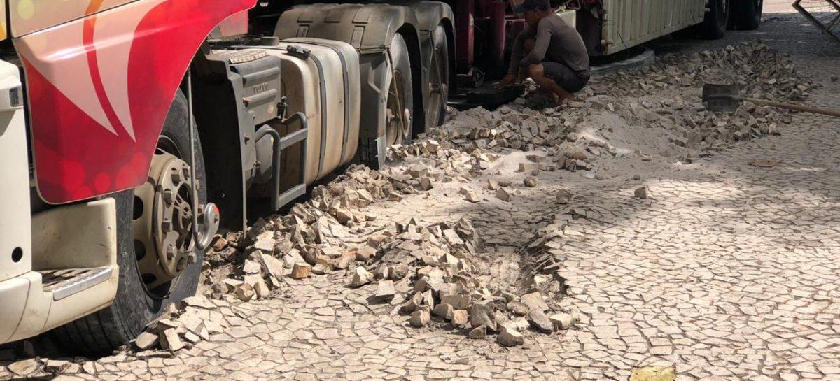 Veículo sobe em praça do Centro de Aracaju e danifica pavimento