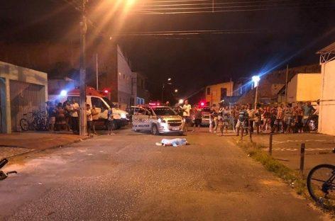Dois jovens são executados a tiros em via pública no Agamenon Magalhães, em Aracaju