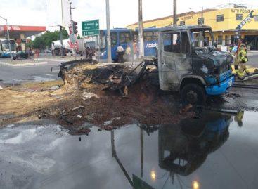 Caminhão e moto pegam fogo após colidirem na Zona Norte de Aracaju