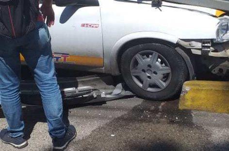 Engate de carrocinha solta e deixa quatro feridos ao atingir táxi-lotação
