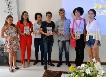 Três alunos da rede estadual têm poesias publicadas em livro lançado nos EUA