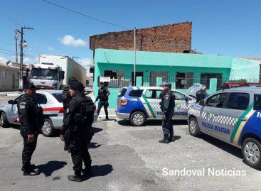 Policial militar teria surtou e estaria armado; oficial tenta acalmar a situação
