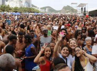 Bloco da Favorita dá a largada nos 50 dias de carnaval no Rio
