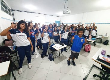 Atacante do time de base do Corínthians visita escola onde foi revelado como atleta