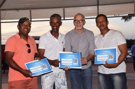 Prefeito entrega alvarás e certificados do Ministério do Turismo para barqueiros