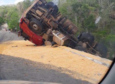 Carreta carregada com milho tomba em ponte entre Simão Dias e Pinhão