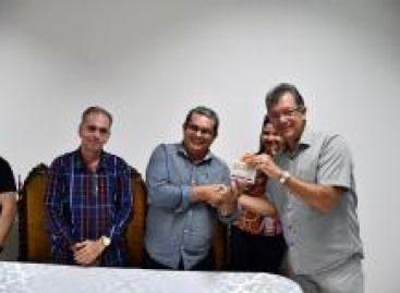 Laércio entrega a caminhão baú Associação Comunitária de Santana do São Francisco