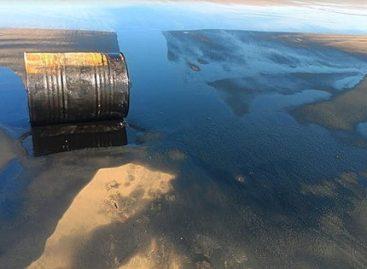 Barril de óleo é encontrado pela população na Praia do Jatobá