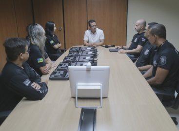 Secretaria de Justiça entrega pistolas para novos policiais penais