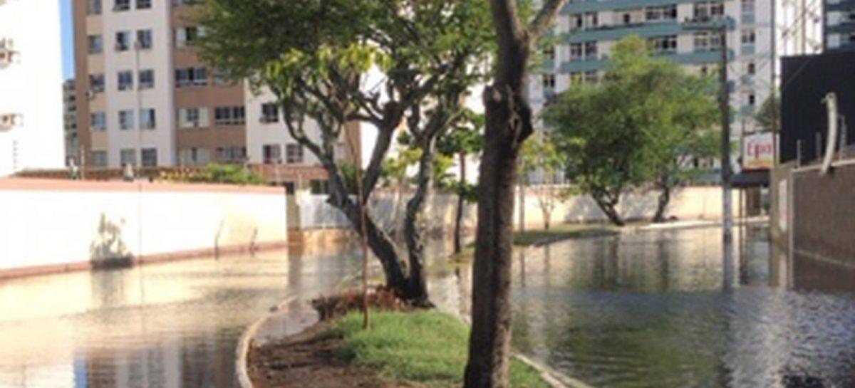 Alta da maré provoca alagamentos em Aracaju