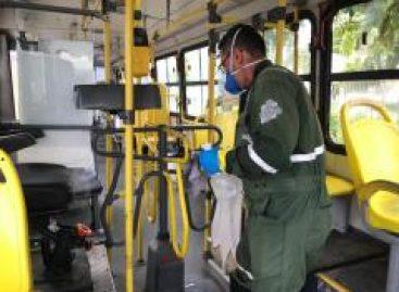 A primeira higienização diária dos veículos acontece ainda na madrugada, antes da saída dos ônibus às ruas.