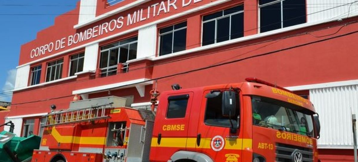 Carro de passeio capota após acidente em cruzamento no centro de Aracaju