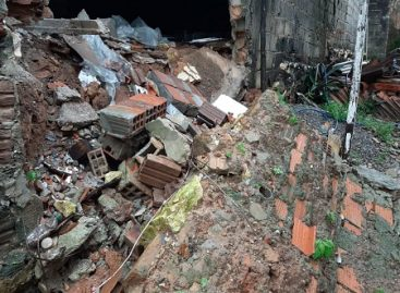 Chuvas voltam a cair nesta quinta-feira e muro de casa desaba em bairro de Aracaju