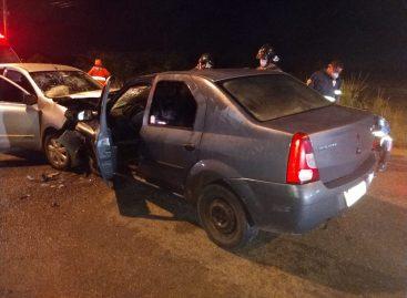 Veículos colidem frontalmente e deixa crianças gravemente feridas