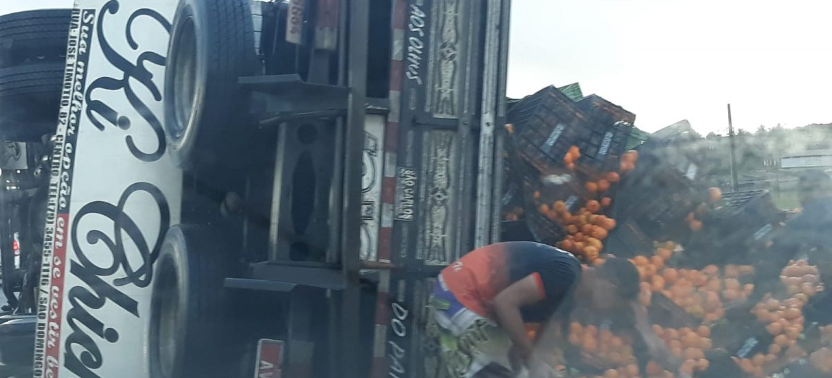 Caminhão carregado de frutas tomba na BR-101 em Nossa Senhora do Socorro