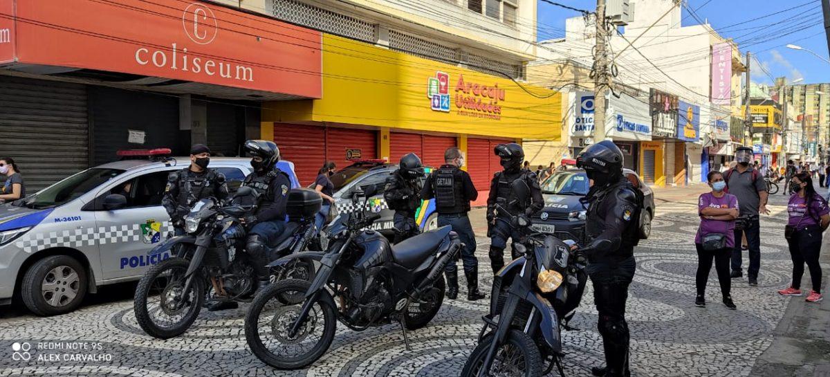 Empresário tenta descartar sapatos e bolsas no centro de Aracaju, mas acaba em tumulto