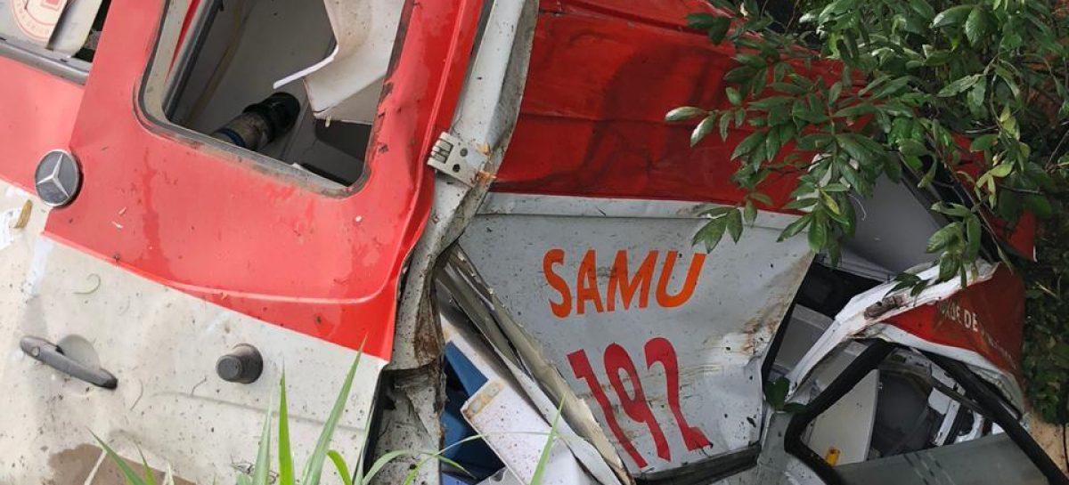 Ambulância do Samu capota após tentar desviar de uma carreta
