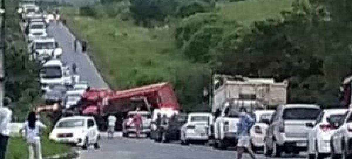 Caminhão caçamba colide com ponte na SE-335 e tomba em Japoatã