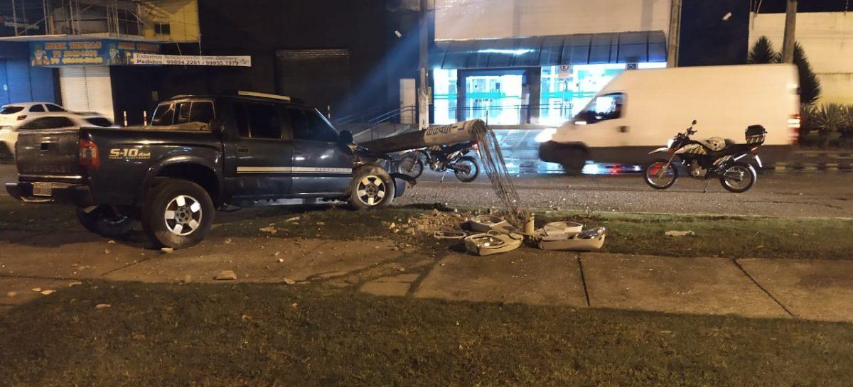 Condutor perde o controle do veículo e colide com poste em Aracaju